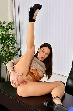 Alyssa Reece Tempting girl Alyssa Reece hotly strips in the office